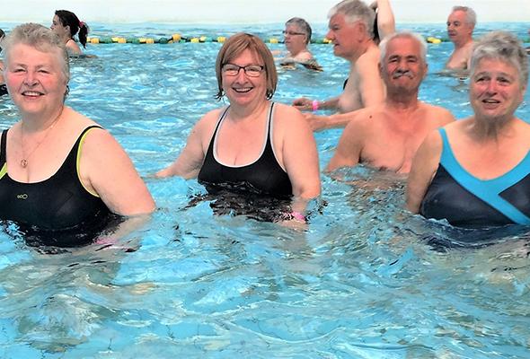 Groupe de personnes à la piscine