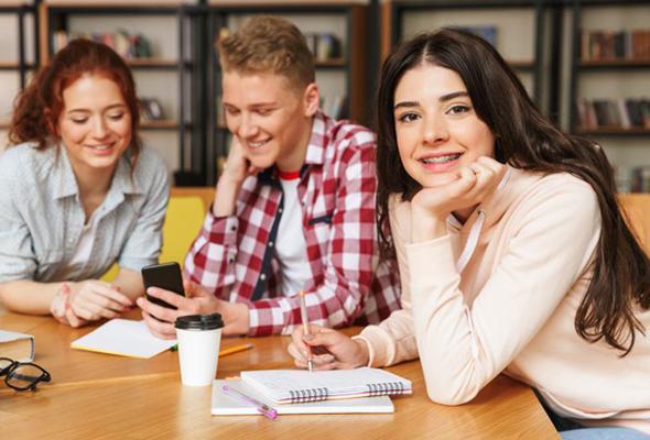 plusieurs adolescents en train de travailler à une table