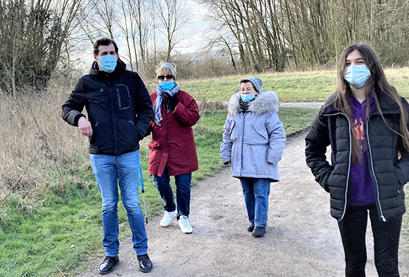 personnes faisant une promenade