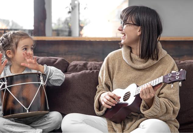 Une dame et un enfant jouant de la musique